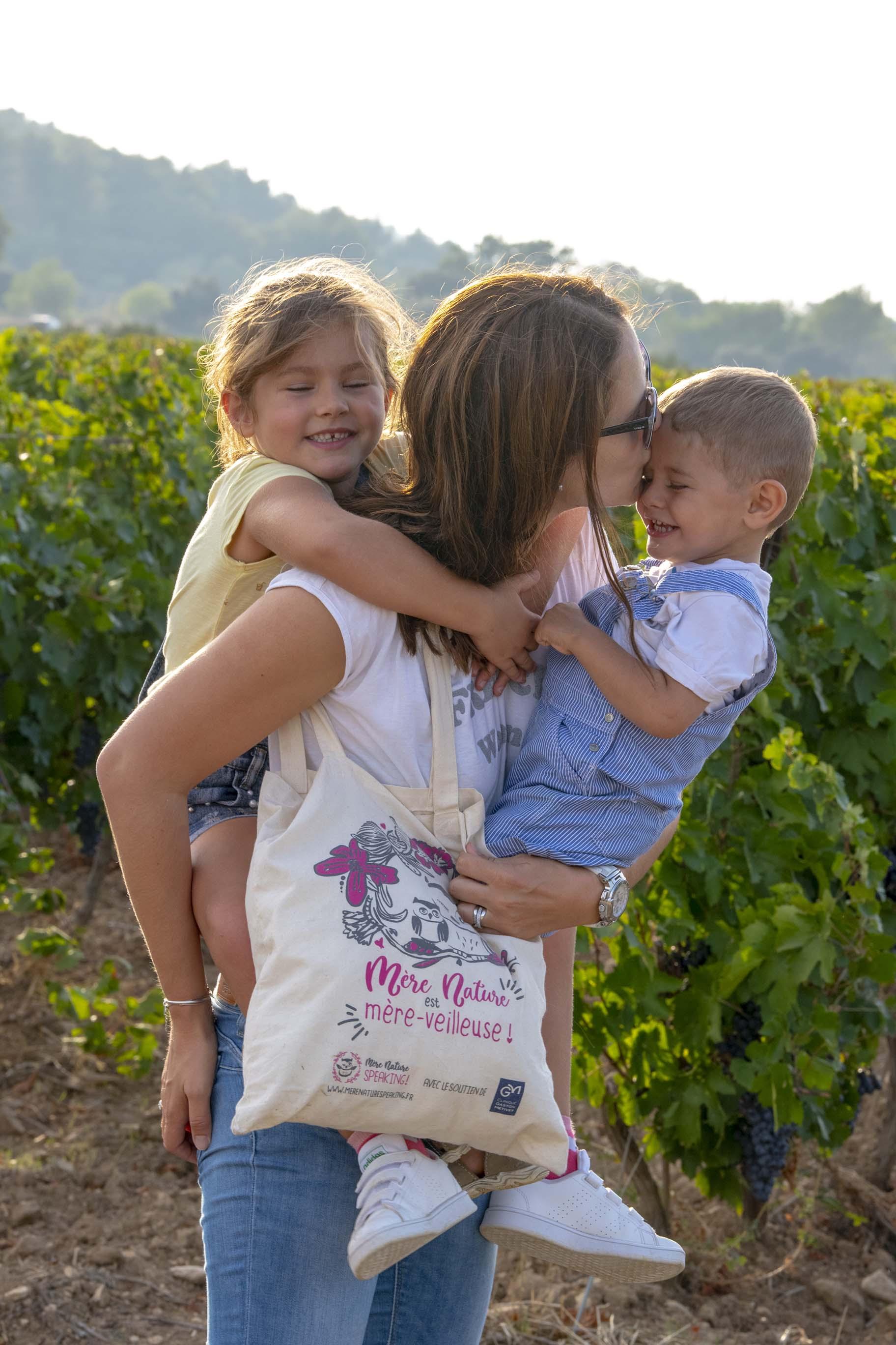 Portrait d'une maman et de ses deux enfants avec son sac Mère Nature